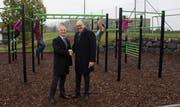 Neuheims Gemeindepräsident Roger Bosshart (links) und Regierungsrat Martin Pfister bei der Übergabe der neuen Workout-Anlage. (Bild PD)