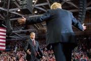 Donald Trump begrüsst Moderator Sean Hannity bei einem Wahlkampfauftritt. Bild: Jim Watson/Getty (Cape Girardeau, 5. November 2018)