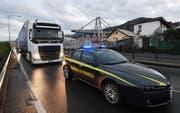 Zwei Lastwagen bringen Teile der Morandi-Brücke von Italien nach Dübendorf. (Bild: EPA/LUCA ZENNARO (Genua, 5. November 2018))