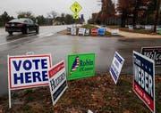Kampagnen-Schilder vor einem Wahllokal in Illinois. (Bild: Tannen Maury/EPA (Lake Villa, 6. November 2018))