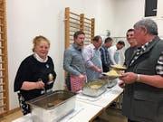 Gemeindepräsidentin Sonja Wiesmann und ihre Gemeinderatskollegen servieren Spaghetti an der Fassstrasse. (Bild: PD)