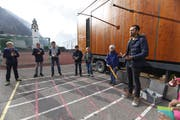 Der Musikwagen des Sinfonieorchesters Luzern macht Halt in Sisikon. Simon Wunderlin macht mit Schülern Musik auf ungewöhnlichen Instrumenten. (Bild: Florian Arnold, Sisikon, 5. November 2018)