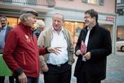 SVP-Präsident Albert Rösti (rechts) im Gespräch mit Niklaus Linder aus Lungern (ganz links) und Kurt Muff aus Kerns auf dem Sarner Dorfplatz. (Bild: Corinne Glanzmann (6.November 2018))