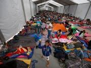 Die ersten Migranten aus Honduras und Guatemala sind in Mexiko-Stadt eingetroffen. Viele wollen weiter bis in die USA. Präsident Donald Trump hat damit gedroht, Soldaten gegen sie einzusetzen. (Foto: Marco Ugarte/AP) (Bild: KEYSTONE/AP/MARCO UGARTE)