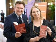 Kostenlose Lektüre: Die britische Autorin Hilary Mantel - hier mit Wiens Bürgermeister Michael Ludwig - verschenkt 100'000 Exemplare ihres Romans «Jeder Tag ist Muttertag». (Bild: Keystone/APA/APA/HELMUT FOHRINGER)
