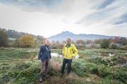 Das neu gestaltete Areal Allmend Ost, auf dem Biodiversität gross geschrieben wird: Stefan Herfort, Bereichsleiter Natur- und Landschaftsschutz bei der Stadt Luzern (rechts), und Stadtrat Adrian Borgula. (Bild: Roger Grütter (Luzern, 6. November 2018))