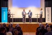 Die Kandidaten Norbert Näf (Mitte links) und Oliver Gröble (Mitte rechts) auf dem Podium. Die Diskussion wurde von Daniel Wirth (links) und Adrian Lemmenmeier geleitet. (Bild: Beat Belser)
