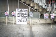 Transparente von Tierschützern anlässlich der Medienkonferenz zum Untersuchungsbericht Hefenhofen vergangene Woche. (Bild: Andrea Stalder)