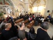 Grosse Trauer an der Abdankungsfeier für die Todesopfer des Unwetters in Casteldaccia bei Palermo. (Bild: KEYSTONE/EPA ANSA/IGOR PETYX)