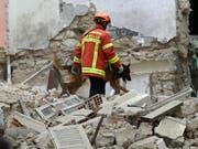 Die Rettungskräfte haben in den Trümmern der eingestürzten Häuser in Marseille drei Tote entdeckt. (Bild: KEYSTONE/AP/CLAUDE PARIS)