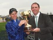 Jockey Kerrin McEvoy (links) mit dem Pokal für den Gewinn des Melbourne Cups (Bild: KEYSTONE/EPA AAP/ALBERT PEREZ)