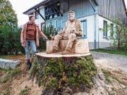 Bildhauerin Agela Galli ist stolz auf ihr Werk «von der Linde». (Bild: Kurt Lichtensteiger)