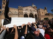 Tausende Menschen gaben in Palermo den Opfern der Unwetterkatastrophe von Casteldaccia das letzte Geleit. (Bild: KEYSTONE/EPA ANSA/IGOR PETYX)
