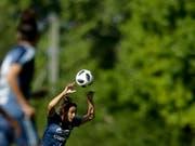 Das verbotene Handspiel im Fussball soll noch präziser definiert werden (Bild: KEYSTONE/AP/NATACHA PISARENKO)