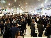 Nach einer Evakuierung des Hauptbahnhofs in Barcelona warten Reisende auf Informationen - der verdächtige Gegenstand stellte sich nach einer Überprüfung als ungefährlich heraus. (Bild: KEYSTONE/EPA EFE/TONI ALBIR)