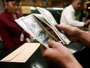 Der Kurs der US-Währung gibt am Mittwoch gegenüber vielen anderen Währungen leicht nach. (Bild: KEYSTONE/EPA/BAGUS INDAHONO)