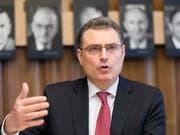 Thomas Jordan, Präsident des SNB-Direktoriums, bekräftigte vor der Landesregierung die Notwendigkeit der Negativzinsen. (Bild: KEYSTONE/GAETAN BALLY)