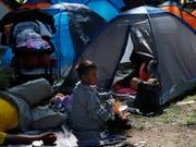 Tausende erschöpfte Migranten aus Guatemala, Honduras und El Salvador haben in Mexiko um Asyl gebeten. Es ist noch unklar, wie viele der Migranten weiter in Richtung USA laufen wollen . (Foto: Marco Ugarte/AP) (Bild: KEYSTONE/AP/MARCO UGARTE)