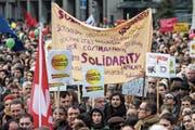 Der Protest hielt auch nach dem Urnengang an: Tausende Personen demonstrierten Anfang März 2014 gegen die Masseneinwanderungs-Initiative und für mehr Solidarität. (Bild: Peter Schneider/ Keystone (Bern, 1. März 2014))