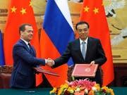 Der chinesische Ministerpräsident Li Lequiang (r.) und sein russischer Amtskollege Dmitri Medwedew vereinbaren eine Ausweitung des Handelsaustauschs ihrer Länder. (Bild: KEYSTONE/EPA/EKATERINA SHTUKINA/GOVERNMENT PRESS SERVICE POOL)