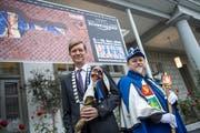 Verbinden Blues und Fasnacht: Mike Hauser (47, links) und Kari Bründler (53) vor dem Hotel Schweizerhof, in dem dieses Wochenende das Blues Festival eröffnet wird. Bild: Pius Amrein (Luzern, 2. November 2018)