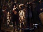 Rembrandt's «Nachtwache» wird auf den Zustand des Gemäldes hin untersucht, bevor es im kommenden Jahr im Rahmen der Rembrandt-Jahrs ausgestellt werden wird. (Bild: KEYSTONE/AP/PETER DEJONG)