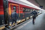 Die Grenzwache kontrolliert die grenzüberschreitenden Züge in Buchs. (Bild: Urs Bucher)