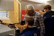 Die jungen Schützen werden beim Cup von erfahrenen Leuten assistiert. (Bild: PD)