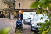 Alois Sidler (75) fährt Andrea Zihlmann (33) seit rund sechs Jahren montags und freitags zur Arbeit. (Bild: Roger Grütter, Luzern 6. November 2018)