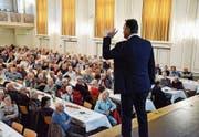 SRF-Meteorologe Thomas Bucheli referiert am Seniorennachmittag der Thurgauer Kantonalbank im Sirnacher Dreitannensaal. (Bild: che)