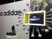 Der Sportartikel-Hersteller Adidas setzt im dritten Quartal weltweit 5,87 Milliarden Euro um. (Bild: KEYSTONE/AP/MATTHIAS SCHRADER)