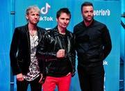 Frontmann Matt Bellamy (Mitte), Dominic Howard (links) and Christopher Wolstenholme von der Band Muse. (Bild: Miguel Tona/EPA)