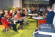 David Keller spricht vor den vielen Teilnehmern des «Wyfelder Fritigs». (Bild: Monika Wick)