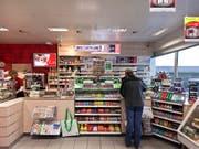 Für die Arbeit im Tankstellenladen gibt es im nächsten Jahr nicht mehr Lohn. (Bild: KEYSTONE/GAETAN BALLY)