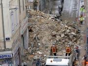 Kaum noch Hoffnung auf Überlebende: Nach dem Häusereinsturz in Marseille reissen Bauarbeiter vor weiteren Bergungsarbeiten zwei ebenfalls einsturzgefährdete Häuser ab. (Bild: KEYSTONE/AP/CLAUDE PARIS)