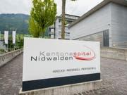 Das Kantonsspital Nidwalden in Stans soll eine Tochtergesellschaft des Luzerner Kantonsspitals werden. Die zuständigen Regierungsmitglieder haben deswegen in Stans einen Vertrag unterzeichnet. (Bild: KEYSTONE/URS FLUEELER)
