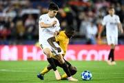Fussball Champions League: Foul von Sekou Sanogo (rechts, YB) gegen Carlos Soler (Valencia). (Bild: Urs Lindt/freshfocus)