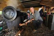 Ohne sie gibt es kein warmes Essen: Oliver Iseli (vorne) und Bruno Tschumi heizen beim Rütlischiessen mächtig ein. (Bild: Urs Hanhart, 7. November 2018)