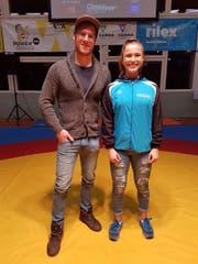 Karateka Alessia Lao gab in der Pause Einblicke in ihr Sportlerleben. Hier mit David Annen, Marketingchef der RR Schattdorf. (Bild: PD)