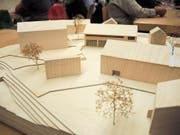 Blick auf das Werkhof-Modell von der Wieslenstrasse her. Die Sammelhalle mit Parkplätzen ist vorne links, die Einstellhalle rechts und das Betriebsgebäude hinten in der Mitte – mit Zugang von der Kantonsstrasse. (Bild: Corinne Hanselmann)