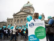 Pflegefachpersonen bei der Einreichung der Unterschriften zur Pflegeinitiative. Über diese kann nun das Parlament befinden. Der Bundesrat ist dagegen. (Bild: KEYSTONE/PETER SCHNEIDER)