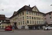 Das Hotel und Restaurant Toggenburg am Dorfplatz in Wattwil steht seit einiger Zeit leer. Es sieht etwas heruntergekommen aus. (Bild: Martin Knoepfel)
