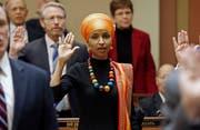 Ilhan Omar (im Bild) und Rashida Tlaib erreichten einen historischen Sieg. Sie sind die ersten muslimischen Frauen im Kongress. (Bild: AP/Jim Mone, 16. August 2018)