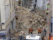 Aus den Trümmern der eingestürzten Häuser in Marseille sind bisher sechs Tote geborgen worden. (Bild: KEYSTONE/AP/CLAUDE PARIS)