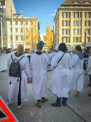 Pflegerinnen in der Nähe des Bahnhofs warnen vor dem Personalmangel. (Bild: Sina Bühler)