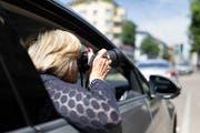 Eine Privat-Detektivin observiert eine Person. (Bild: Gaetan Bally / Keystone (Zürich, 28. Mai 2018))