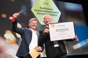Thomas von Rickenbach und sein Vater Paul von Rickenbach nehmen den Raiffeisen Unternehmerpreis entgegen. (Bild: Eveline Beerkircher, Emmen, 7. November 2018)