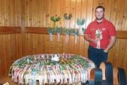 Stolz präsentiert der Wolfenschiesser Jonas Durrer seine 100 gewonnen Zweige. (Bild: pd)
