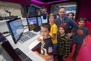 Moderator Maik Wisler zeigte den Kindern, wie Radiowerbung produziert wird. (Bild: Boris Bürgisser (8. November 2018))