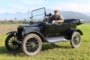 Helmut Kühnis mit seinem Ford Modell T, das bald seinen 100. Geburtstag feiern darf. (Bild: Chris Eggenberger)